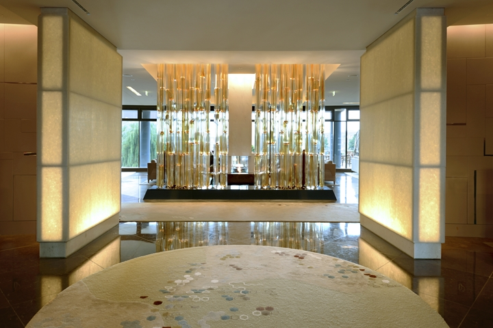A curtain of illuminated glass tubes embodies an abstract forest and serves as a visual anchor point in the lobby (Photo: Deidi von Schaewen).